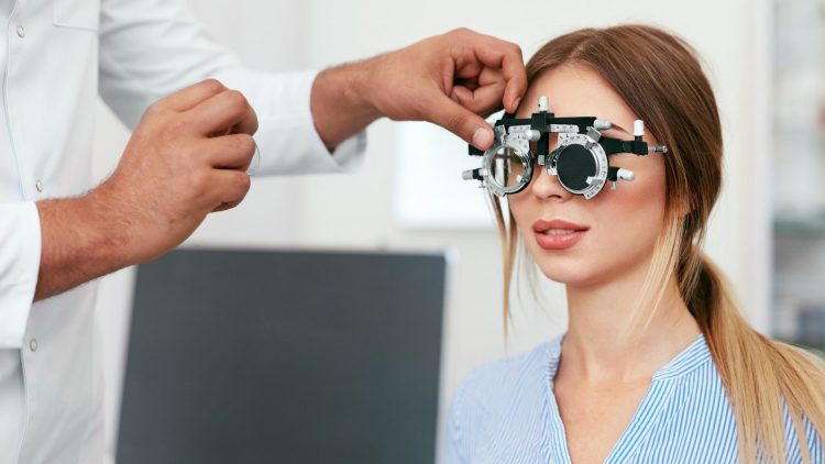 women eye exam